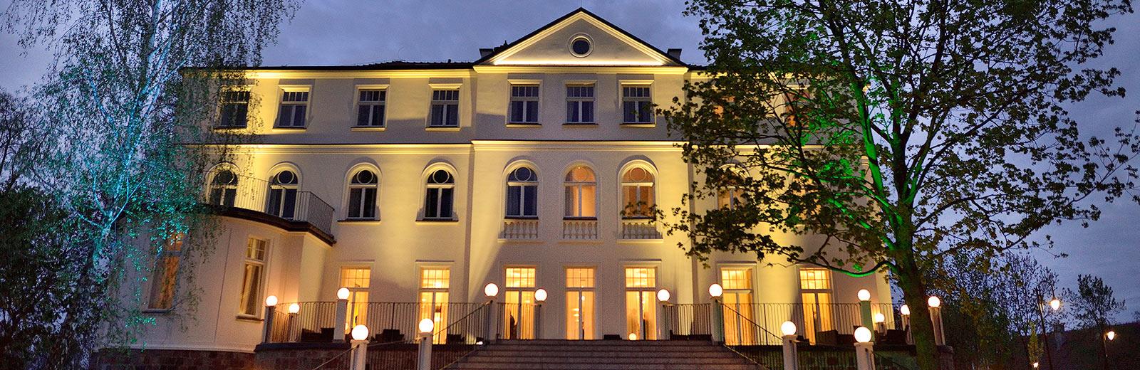 Pałac Suchary wieczorem